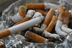 Atirar beatas e pastilhas elásticas para o chão vai dar multa até 1500 euros